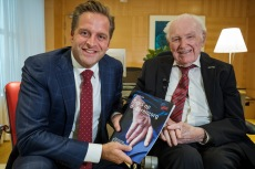In Den Haag overhandigt de heer Berendsen een witboek aan minister Hugo de Jonge van VWS. In het witboek staan positieve verhalen over ouderenzorg en dient als inspiratie voor de ouderenzorg in Nederland. Het initiatief voor het witboek komt van het meldpunt Trots op Ouderenzorg dat is ontstaan vanuit het gelijknamige manifest van Hugo Borst en Carin Gaemers in samenwerking met het Nationale Ouderenfonds.